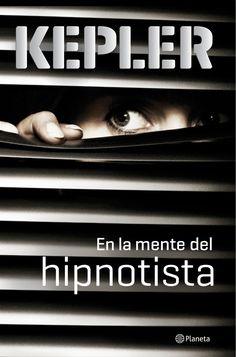"""""""En la mente del hipnotista"""", una nueva entrega de los Kepler. Un asesino en serie conmociona a la sociedad sueca: graba a sus víctimas instantes antes de matarlas y cuelga los vídeos en Youtube prácticamente en tiempo real."""