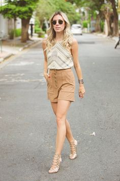 LOOK DO DIA BLUSA BORDADA E SHORT CINTURA ALTA