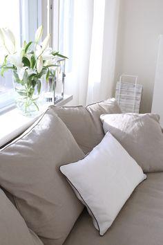 Homevialaura | living room | Boknäs Julia sofa | white linen curtains | Gauhar linen cushion