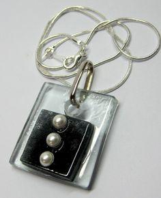 vidro incolor / preto pérolas cordão prata curto 40 cm apx gema de vidro 3 x 3 cm   Peça Exclusiva MAIS BIJUTERIAS DE VIDRO EM : http://www.elo7.com.br/glassbijoux/ R$27,00