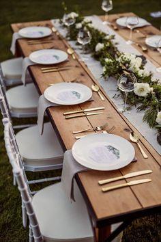 20 ideas para decorar tu boda al aire libre Wedding Table Decorations, Wedding Table Settings, Decor Wedding, Place Settings, Setting Table, Elegant Table Settings, Outdoor Decorations, Tree Decorations, Christmas Decorations
