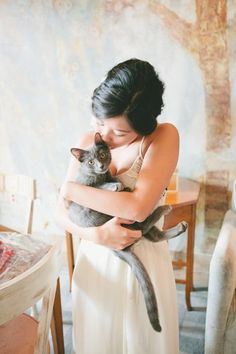 Many of us have pets – I think even most of us. How to incorporate your pet into your big day? Oh, the cutiest idea is to make save the dates with your pet holding a sign with your date! Or you can just hold your pet...