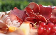 Vrai / Faux : testez vos connaissances sur la charcuterie ! Charcuterie, Conservation, Strawberry, Food, Food Items, Eat, Essen, Strawberry Fruit, Meals