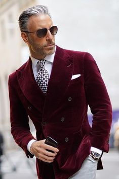 Do you want to know the secrets of some of the most stylish men? Check out these men's style tips and instantly upgrade your style. Sharp Dressed Man, Well Dressed Men, Elegant Smart Casual, Men Casual, Mens Fashion Suits, Fashion Outfits, Male Prom Outfits, Mens Suits, Men's Fashion