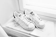 Adidas stan smith sneakers in navy blue and white. Ash Shoes, Me Too Shoes, Adidas Stan Smith Sneakers, Latest Summer Fashion, Sneaker Heels, Sneaker Outfits, Street Style, Gucci Shoes, White Sneakers