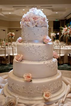 Such a beautiful cake.... I don't know if I could cut into it!