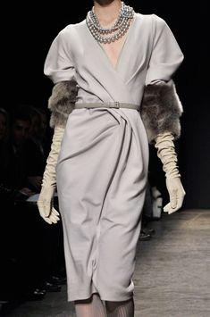 Donna Karan vestido gris claro con guantes