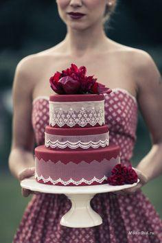 Благородные винные оттенки в моде не только на подиуме, но и в свадебной индустрии. В этой публикации узнаем, как использовать самый популярный оттенок года - марсала в свадебных образах и оформлении церемонии.
