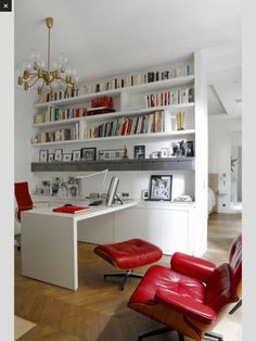 Thuiskantoor met rode lederen stoel en zetel #thuiswerken