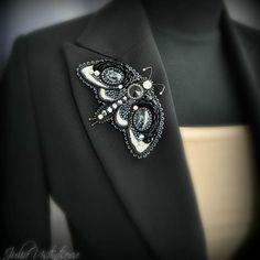 Ещё одна брошьбабочка в более сдержанной цветовой гамме. Но всё же она не просто черно-белая как может показаться на первый взгляд😊 обладательницы этой броши очень удивлялись богатству переливов её цвета, которые не передаёт фотография Swarovski Brooch, Beaded Brooch, Bead Jewellery, Beaded Jewelry, Jewelery, Bead Embroidery Jewelry, Beaded Embroidery, Brooches Handmade, Handmade Jewelry