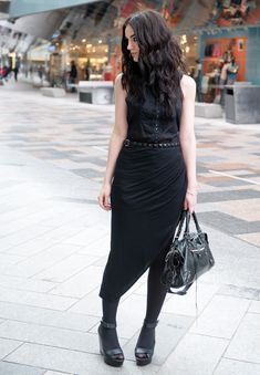 Not all women like to wear skirts. Lately, asymmetric skirts are trending, and you can combine them with anything, shirts or shirts. Looks fashionable at work, and can also be for casual. Good Looking Women, Dark Fashion, Street Fashion, Asymmetrical Skirt, Couture, Alternative Fashion, I Dress, Fashion Outfits, Fashion Trends
