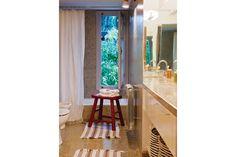 Una casa reciclada en San Antonio de Areco  El granítico predominante en el baño se compensa con la onda net del aplique escandinavo, las alfombras bicolor (Ikea) y los canastos rayados (Sissy Boy, de Holanda) Foto:Living/Magalí Saberian