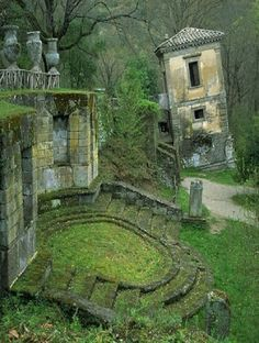 Beautiful abandoned buildings in Italy(When will man learn to reuse everything that is beautiful) Abandoned Buildings, Abandoned Mansions, Old Buildings, Abandoned Places, Abandoned Castles, Abandoned Property, Famous Castles, Parcs, Haunted Places