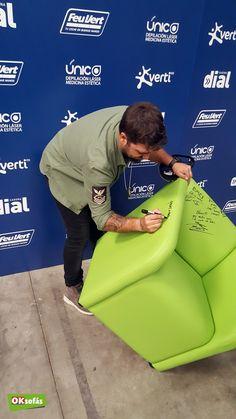 Antonio Orozco firmando una de nuestras butacas. #butaca #sofá #descanso