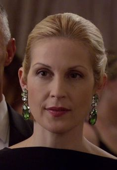 Lily van der Woodsen's Emerald Earrings with Diamonds from Gossip Girl: Monstrous Ball Gossip Girls, Gossip Girl Outfits, Gossip Girl Fashion, Kelly Rutherford, Short Girl Fashion, Emerald Earrings, Green Earrings, Serena Van Der Woodsen, Leighton Meester