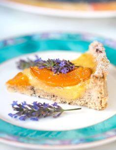Lecker, einfach und rein pflanzlich! Diese vegane Aprikosen Tarte schmeckt nicht nur hervorragend, er überzeugt auch durch seine Optik. Gleich ausprobieren!