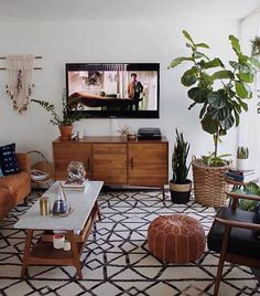 Mid Century Modern Living Room with TV Mid Century Living Room Design, Mid Century Modern Boho Living Room Boho Living Room, Apartment Living, Home And Living, Bohemian Living, Modern Bohemian, Usa Living, Bohemian Interior, Boho Chic, Tv On Wall Ideas Living Room