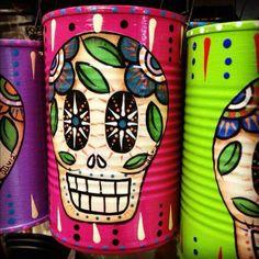 Love this --- Dia de Los Muertos ---- beautifully painted tin cans! Tin Can Crafts, Diy And Crafts, Arts And Crafts, Recycled Crafts, Handmade Crafts, Handmade Rugs, Fall Halloween, Halloween Crafts, Halloween Decorations