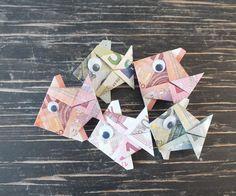 Fisch falten aus Geldschein – einfache Anleitung Banknote fold fish Finished money fish from folded money Related posts: Fold banknotes Money Origami, Origami Fish, Origami Paper, Don D'argent, Origami Simple, Diy Y Manualidades, Origami Flowers, Origami Tutorial, Kirigami