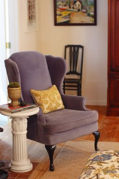 Wood round and plant pedestal = awesomely divine side table! Living Room Goals, Living Spaces, House Projects, Diy Projects, Diy End Tables, Little Green Notebook, Purple Chair, Reupholster Furniture, Round Chair