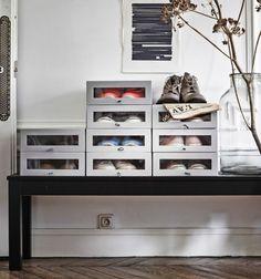 これはイケアの書籍『MALM - Find it!』に掲載されている写真で、パリ在住のスタイリスト、Hans Blomquistの自宅を撮影したものです。靴収納ボックスを好きな形に重ねたら、まるでオブジェのようになりました。