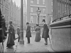 New York, c. 1900 This photo is NOT New York.it is Dublin, Ireland. The corner of Nassau Street out side Trinity College. Vintage Pictures, Old Pictures, Old Photos, Vintage Photography, Street Photography, White Photography, Amazing Photography, Grafton Street, Images Of Ireland