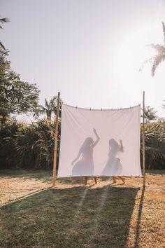 ЭСТЕТИКА ▫️ ФОТО ▫️ ОБРАБОТКА, [15 июн. 2020 в 14:30] Идеи для фото с силуэтом через ткань #идеидляфото  «Силуэт» – это ещё один из приёмов композиции в фотографии, о котором я не рассказывала вам ранее (о 12-ти основных приёмах фотокомпозиции можно почитать по хештегу #композиция ).  Такие фотографии можно снять с прямыми солнечными лучами на закате. Главное, чтобы солнце находилось за объектом съемки, а между объектом съемки и камерой располагалась светлая ткань. Это может быть и тюль, и прост Photographie Art Corps, Home Shooting, Backyard Movie Nights, Shotting Photo, Photographie Portrait Inspiration, Backyard Camping, Photo Images, How To Take Photos, Outdoor Gardens