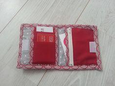 Porte-monnaie rouge avec en décoration un nœud papillon beige à pois