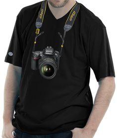 Camiseta Gola V estampada com uma câmera Nikon D750