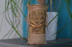 Ce bougeoir Tiki Vahine est laccessoire idéal pour réchauffer lambiance dune pièce. Il est sculpté par nos soins dans notre atelier. Il est creusé sur le dessus afin dy intégrer une bougie (format chauffe plat, fournie avec). Hauteur: 13cm  Il sera lami de vos longues soirées dété !  Nhésitez pas à nous contacter si vous souhaitez plusieurs exemplaires, il est possible de le rééditer.