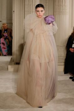 The complete Valentino Spring 2018 Couture fashion show now on Vogue Runway. Couture Looks, Style Couture, Couture Details, Couture Fashion, Runway Fashion, Spring Fashion, Fashion Show, Fashion Design, Women's Fashion