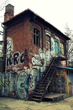 I swear i would live in a place like this...spray paint the whole exterior...