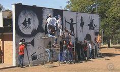 Alunos retratam com tinta no muro de escola o que aprendem na aula sobre cinema - Alunos de uma escola municipal de Botucatu estão transformando o local onde estudam por meio da arte. A aula de artes é no pátio, a tela é o próprio prédio da escola e o resultado é surpreendente.  Na Escola Municipal Professora Elda Moscogliato, a aula de artes é do lado de fora da sala de - https://acontecebotucatu.com.br/educacao/alunos-retratam-com-tinta-no-muro-de-escola-o-que-apr