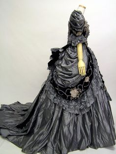 I wish people would post a reference of time period and designer. Although it did state it was a mourning dress. Victorian Gown, Victorian Costume, Victorian Steampunk, Historical Costume, Historical Clothing, Vintage Gowns, Vintage Outfits, Vintage Hats, Edwardian Fashion