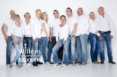 Family photography posing pose large group By Dutch photographer Willem Hoogendoorn, Woerden. www.willemhoogendoorn.nl