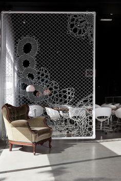 kreativer drahtzaun spitze raumteiler.  Bastelschaf sagt: Wie hübsch! Wenn man einen hohen Raum hat.... Nennt sich lace fence