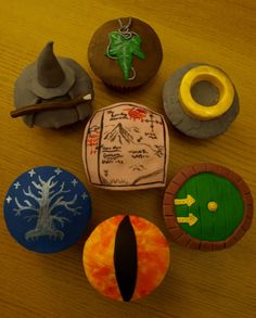 The Hobbit and Lord of the Rings Cupcakes by on deviantART - Film,TV and Book Cupcakes Bolo Hobbit, Hobbit Cake, The Hobbit, Tolkien, Hobbit Party, Cooking Rings, Ring Cake, Party Rings, Bakery Design