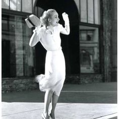 Style Icon: Carole Lombard Hollywood Icons, Golden Age Of Hollywood, Hollywood Actresses, Old Hollywood, Rote Pullover Outfit, Divas, Blonde Waves, 1930s Style, Carole Lombard