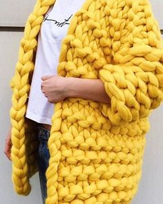 Are you thinking about getting into the world of chunky wool? In this post, you will find a great selection of ideas and photos of giant wool Chunky Cardigan, Wool Cardigan, Yellow Cardigan, Big Yarn, Knitted Coat, Wool Coat, Chunky Wool, Arm Knitting, Vogue Knitting