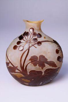 Emile Gallé, Nancy - Vase Wilder Wein - nach 1904.  Glas, Überfang., geätztes Dekor. Zustand A. H. 13,5cm. Bez.: Gallé mit Stern