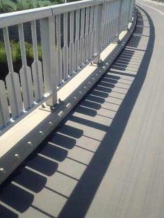 피아노 건반 그림자 난간
