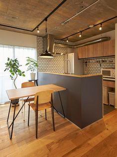 ダイニングの様子が分かるよう対面キッチンに変更。カウンターはフローリングの無垢材を使用しました。 #三井のリフォーム(三井不動産リフォーム) #キッチン #マンションリノベーション #無垢フローリング #コンクリート #オープンキッチン #対面キッチン #タイル壁 #リノベりす Cafe Interior, Interior Design Kitchen, Family Kitchen, Kitchen Dining, Japanese Kitchen, Kitchen Colors, Home Renovation, Home Kitchens, Decoration