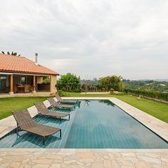 Em uma casa na praia de Tabatinga, em Caraguatatuba, no litoral norte de São Paulo, essa piscina com 60 m² se parece com aquelas encontradas em hotéis cinco estrelas. Na parte interna, a arquiteta Selma Tammaro empregou pedra natural (Palinaman). Nas bordas, por sua vez, utilizou um mármore branco