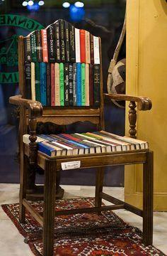 Una silla hecha con libros... ¿Qué te parece?