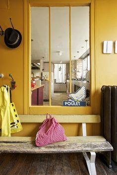 Une verrière atelier sur mur jaune