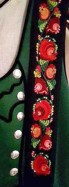 Rosesaum av Kari Haukås crop Floral Embroidery, Hand Embroidery, Machine Embroidery, Norwegian Clothing, German Outfit, Norwegian Style, Folk Costume, Costumes, Tribal Dress