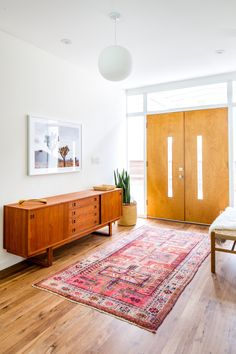 Whether you've been dreaming about a mid century modern bedroom or have always had a crush on quality mid century modern decor you are not alone! Mid Century Modern Living Room, Mid Century Modern Decor, Mid Century House, Mid Century Style, Mid Century Rug, Mid Century Modern Lighting, Mid Century Modern Furniture, Design Furniture, Plywood Furniture