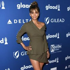 Halle Berry Shows Us How to Get Muscles With This Dumbbell Workout Halle Berry Diet, Friday Workout, Fitness Friday, How To Get Muscles, Hale Berry, Tone Arms Workout, 10 Minute Workout, Dumbbell Workout, Dental Health