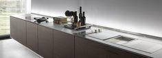 El salpicadero es en vidrio al ácido iluminado. Kitchen Cabinets, Home Decor, Glass, Decoration Home, Room Decor, Cabinets, Home Interior Design, Dressers, Home Decoration