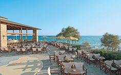In de schitterende omgeving van Sani Beach ligt het bijzondere Xperience Club Calimera Simantro Beach. Voor de deur lonkt een wit zandstrand met kraakheldere zee...